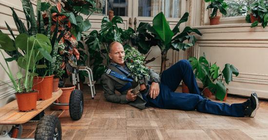 https://www.wonenonline.nl/images/afb-2017/Maxim-Hartman-versiert-vrouwen-met-planten.png