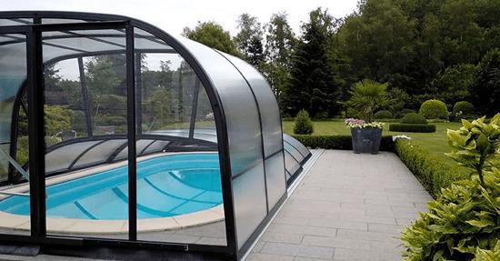 Een zwembadoverkapping zwembad in de tuin for Zwembad plaatsen in tuin