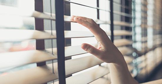 Voordelen van houten jaloezieën raambekleding zonwering